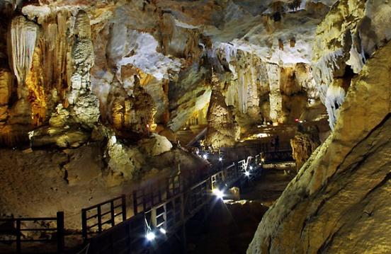 Paradise cave or Thien Đuong Cave